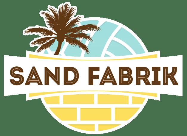 Logo de la Sand Fabrik avec un ballon de volley, un palmier et un mur en brique